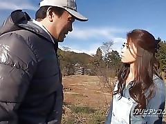 MILF Maki gives open-air blowjob